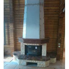 Рустикальный камин с резной балкой из дерева